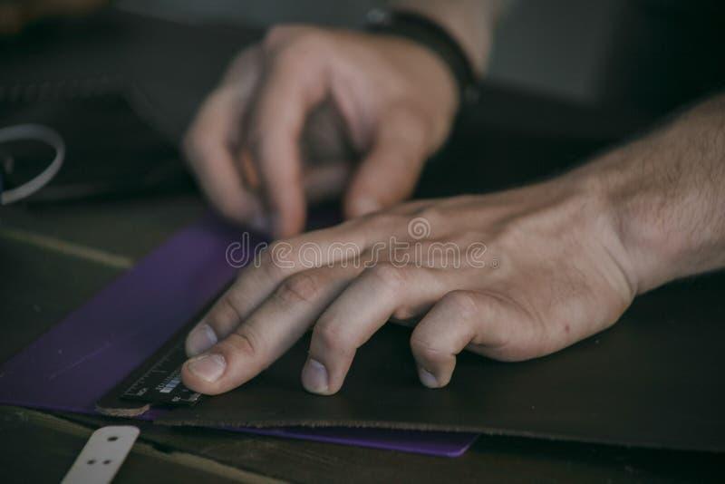 Abschluss oben des Mannhandlederherstellers führt Maß durch lizenzfreie stockfotografie