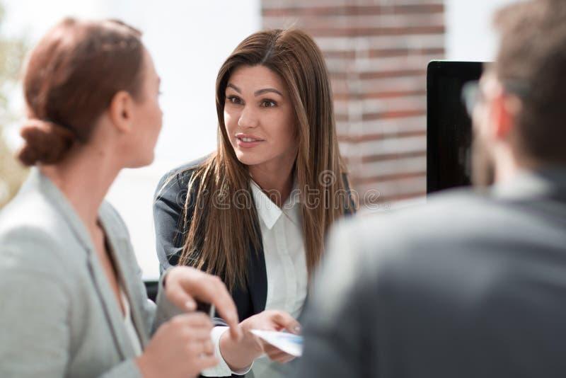 Abschluss oben eine Gruppe Geschäftsleute, die am Schreibtisch sitzen stockbilder