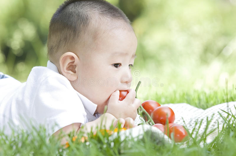 Abschluss- oben eines essenden Babys lizenzfreie stockfotos