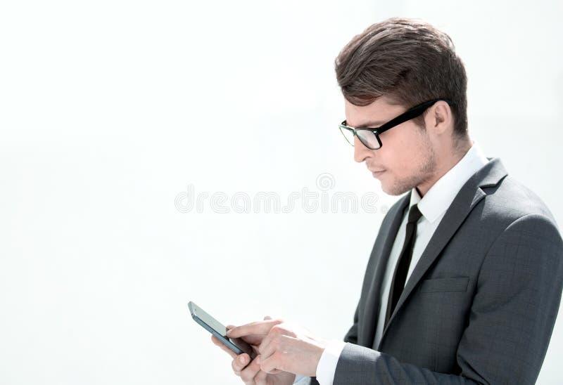 Abschluss oben Geschäftsmann unter Verwendung seines Smartphone lizenzfreies stockfoto