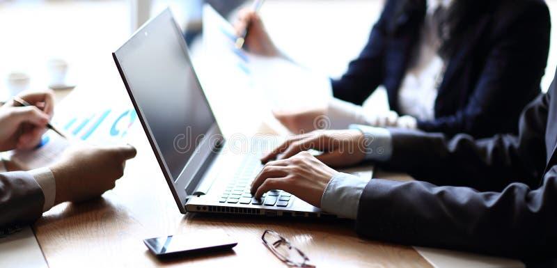 Abschluss oben Geschäftsmann und Geschäftsteam analysieren Finanzdaten stockfoto