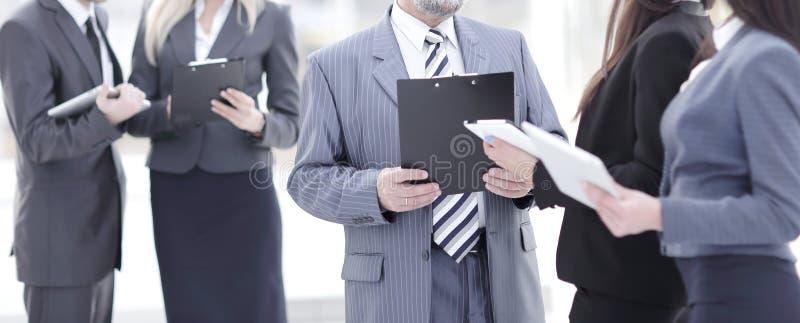 Abschluss oben Gruppe Geschäftsleute, die in der Lobby des Büros stehen lizenzfreies stockbild