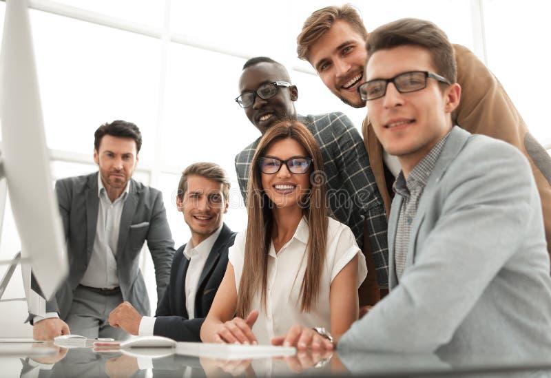 Abschluss oben internationales Geschäftsteam an dem Arbeitsplatz lizenzfreies stockfoto