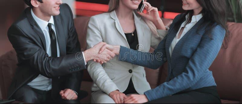 Abschluss oben junge Geschäftsmänner, die Hände bei einer Sitzung rütteln stockfotografie
