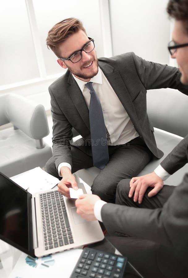 Abschluss oben lächelnder Rechtsanwalt gibt dem Geschäftsmann seine Visitenkarte stockfoto