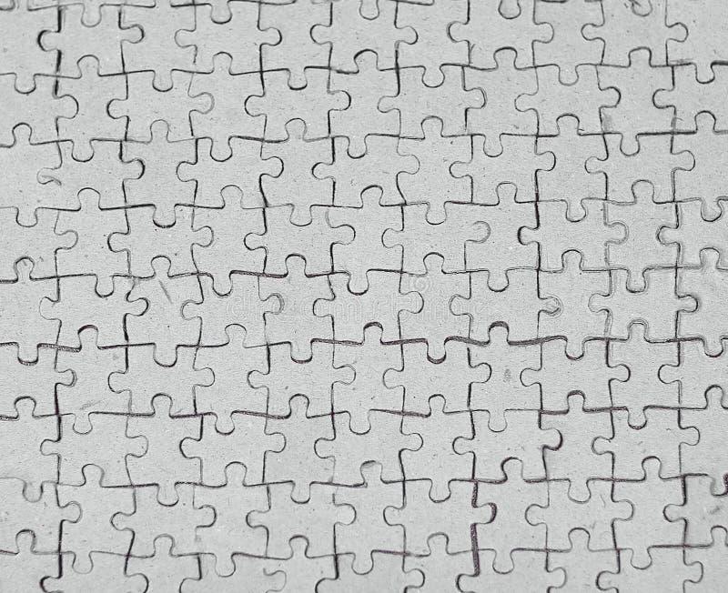 Abschluss oben leere Karte sammelte von den Puzzlespielstücken auf grauem Hintergrund lizenzfreie stockfotos