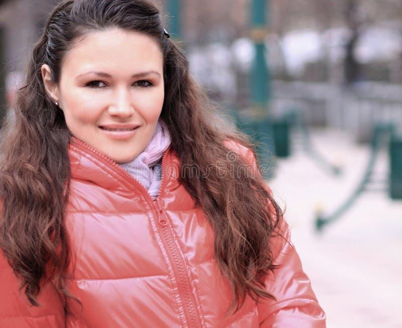 Abschluss oben moderne junge Frau auf dem Hintergrund einer Winterstadt lizenzfreie stockfotos