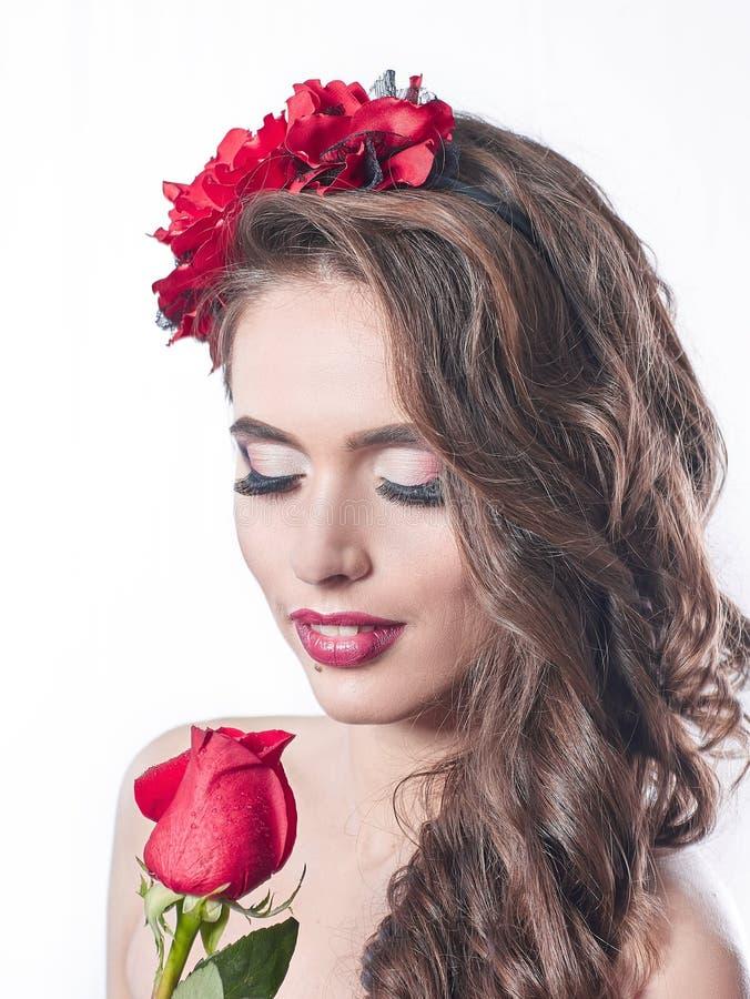 Abschluss oben Porträt der bezaubernden Frau mit roter Rose lizenzfreies stockbild