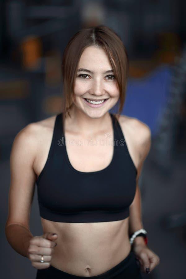 Abschluss oben Porträt einer attraktiven Frau in der Turnhalle stockbilder