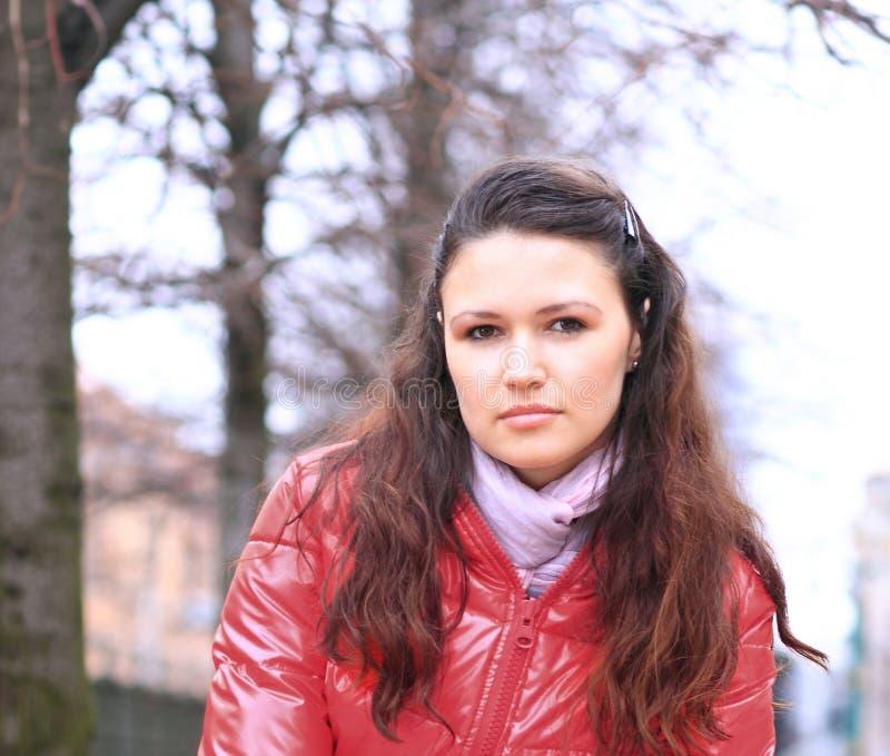 Abschluss oben schöne junge Frau auf dem Hintergrund einer Winterstadt lizenzfreie stockbilder