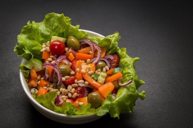 Abschluss oben Strenger Vegetarier, vegetarisches Lebensmittel Schüssel griechischer Gemüsesalat mit Tofu- und Kiefernnüssen Schw lizenzfreie stockfotografie