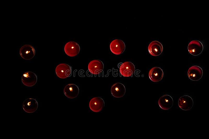 Abschluss oben Valentinsgruß ` s Tagesfeier Rote brennende Kerzen werden in Form einer Aufschrift mit einem Herzen 'ich liebe dic stockfotografie