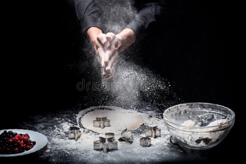 Abschluss oben von bemannt die Hände, die Plätzchen zubereiten stockfotografie