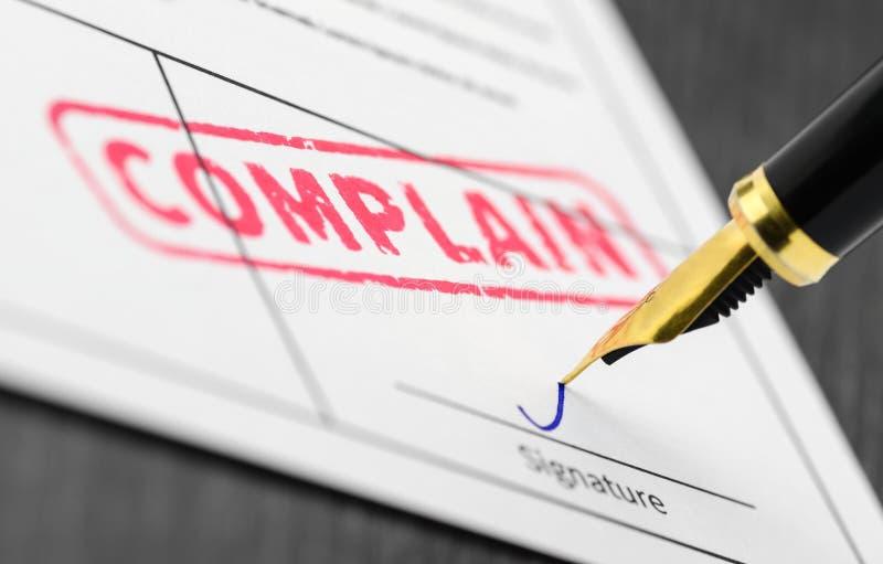 Abschluss oben von beschweren sich Stempel auf einem Dokument lizenzfreie stockbilder