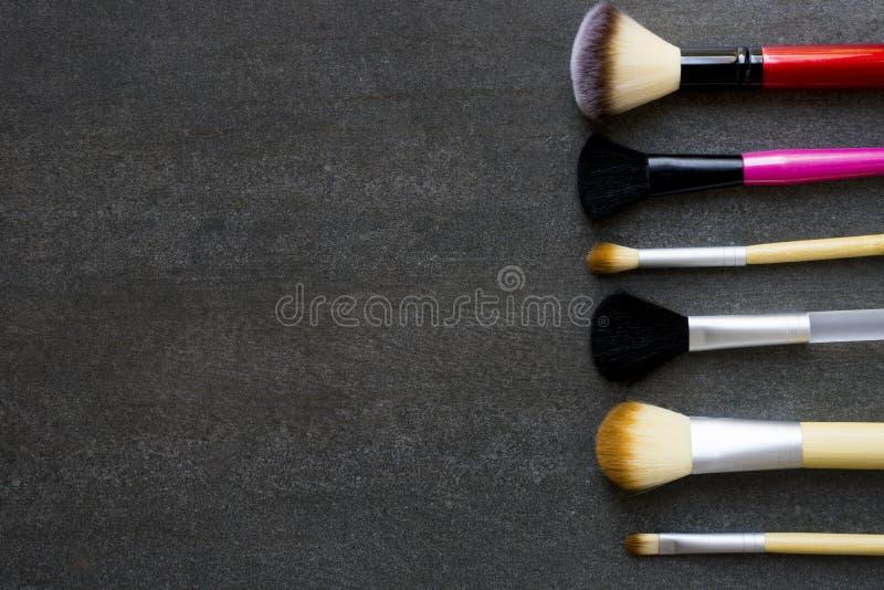 Abschluss oben von Make-upbürsten auf schwarzem Hintergrund lizenzfreie stockfotografie