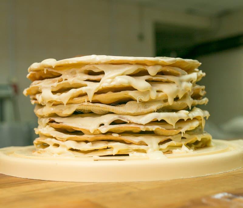 Abschluss oben Vorbereitung des mehrschichtigen Kuchens Korken f?r den inl?ndischen Zauberer Schmierte frisch frische Kuchen auf  stockbild