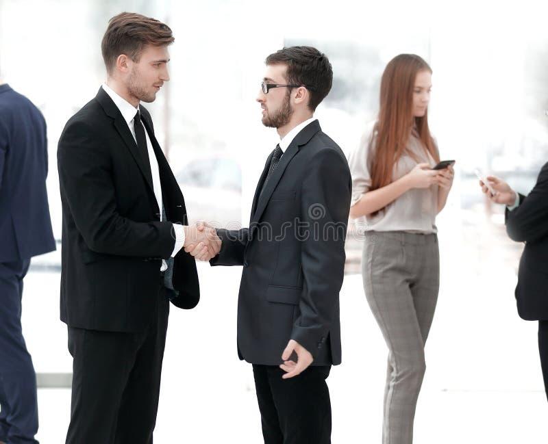 Abschluss oben willkommener Händedruck von Geschäftsleuten im Büro lizenzfreies stockbild