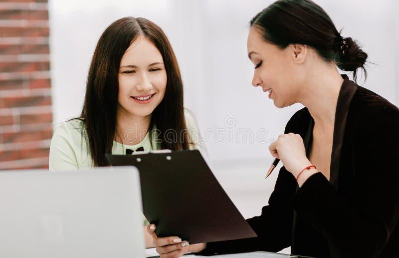 Abschluss oben zwei Gesch?ftsfrauen, die Dokumente besprechen stockfotos
