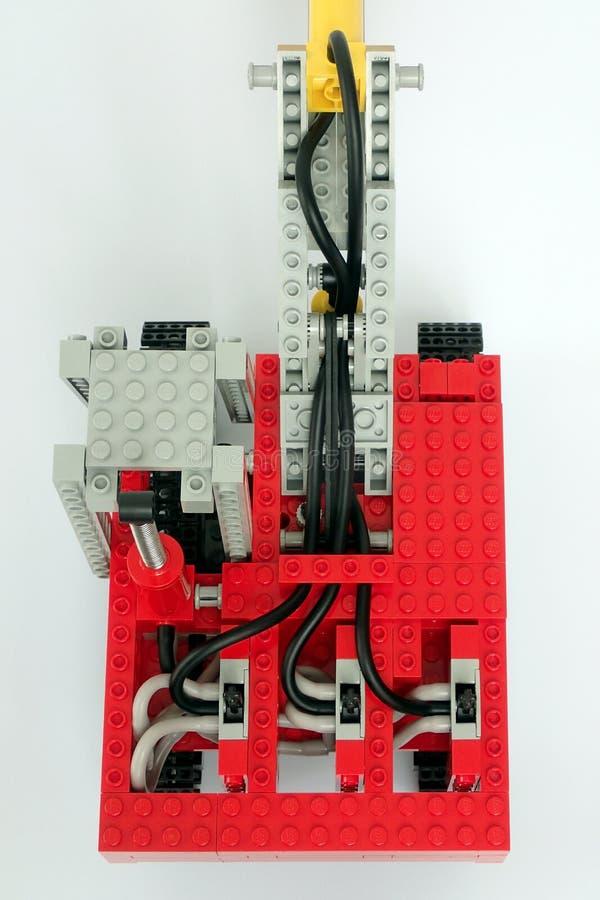 Abschluss von pnematic Kontrollen für Lego Technic Excavator stellte keine 8851 auf lizenzfreie stockfotos