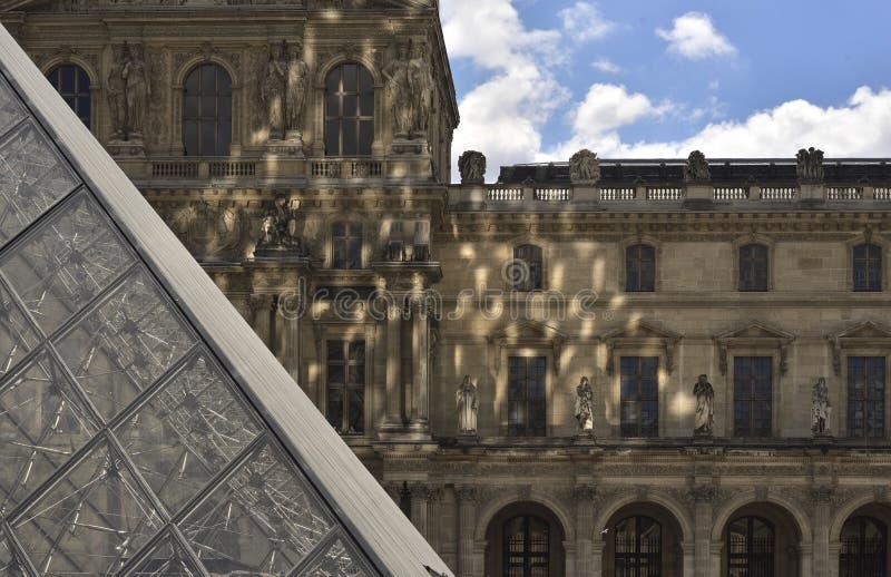 Abschnitt und Reflexion ofLouvre Pyramide paris lizenzfreies stockfoto