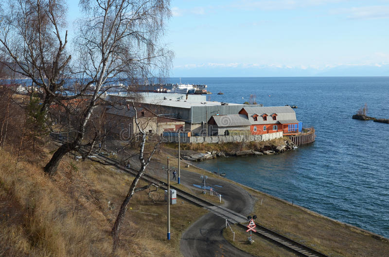 Abschnitt von Circum-Baikal-Eisenbahn in Hafen Baikal-Station stockfotos