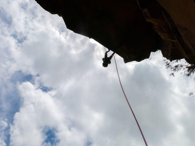 Abseiling ένας αρνητικός τοίχος βράχου sanstone με το μπλε ουρανό στο υπόβαθρο στοκ φωτογραφία