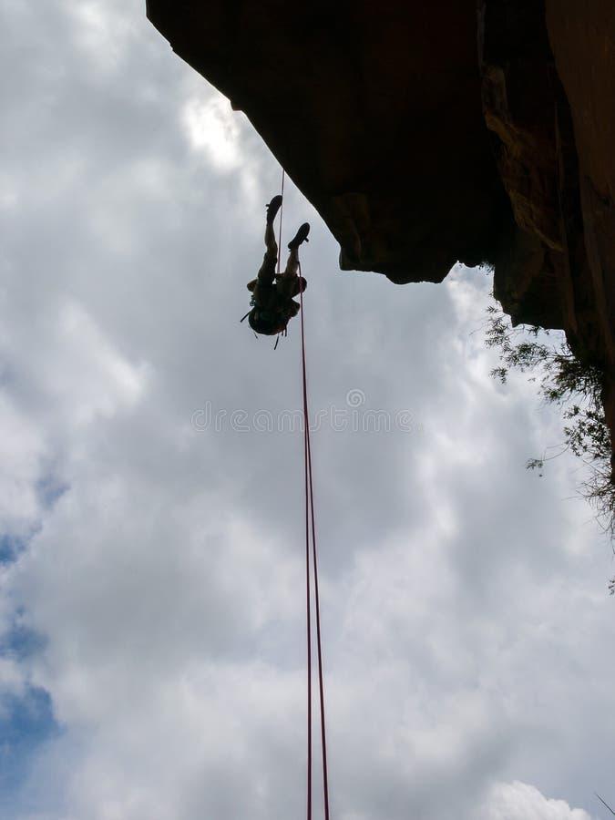 Abseiling ένας αρνητικός τοίχος βράχου sanstone με το μπλε ουρανό στο υπόβαθρο - δείτε από το φυσητήρα στοκ φωτογραφίες
