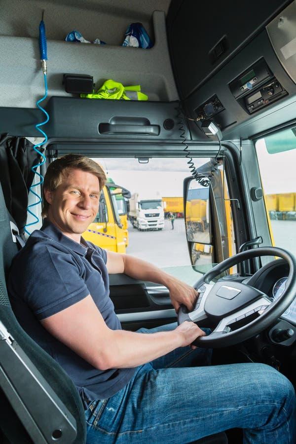 Absender oder LKW-Fahrer in der Fahrerkappe lizenzfreies stockfoto