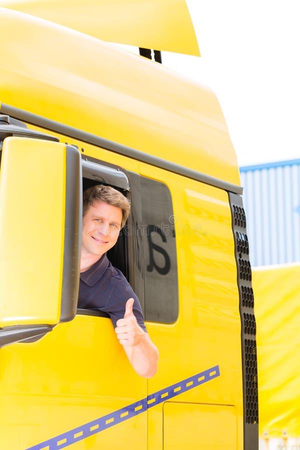 Absender oder LKW-Fahrer in der Treiberkappe lizenzfreies stockbild