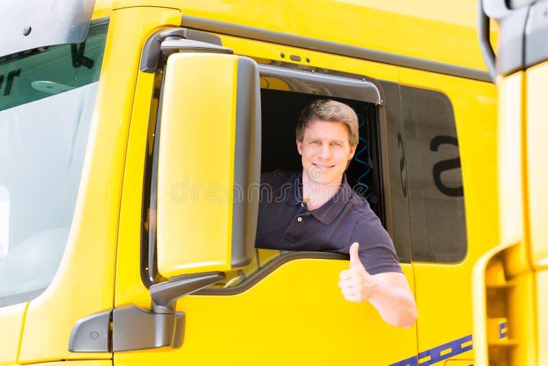 Absender oder LKW-Fahrer in der Treiberkappe stockbild