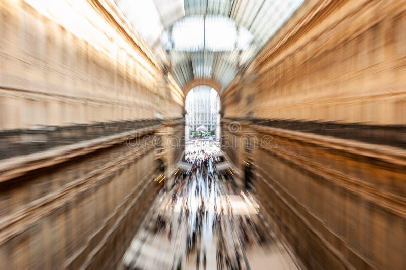 Absichtlich Bewegungszittern kreatives Bild von den Leuten und von Pendlern, die in Galleria Vittorio Emanuele II in Mailand, Ita stockbild