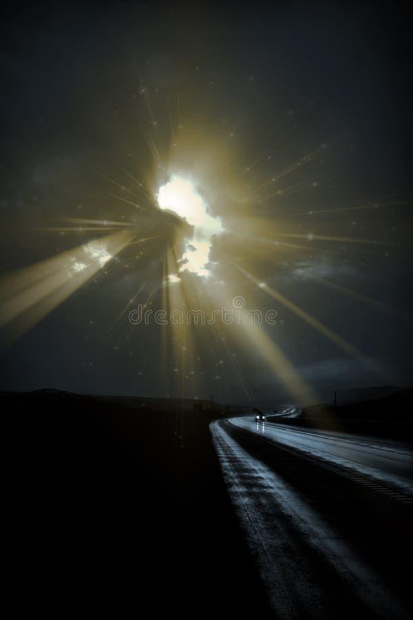 Absichtlich dunkle einsame Straße mit hellen Strahlen lizenzfreie stockbilder