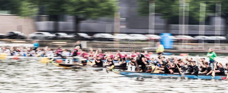Absichtlich unscharfes dynamisches Bild eines Drachenbootrennens, Bewegungsunschärfe lizenzfreie stockfotos