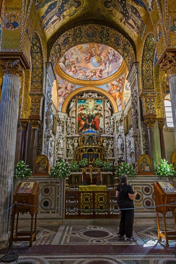 Absid med det huvudsakliga altaret av den Martorana kyrkan i Palermo i S royaltyfria foton