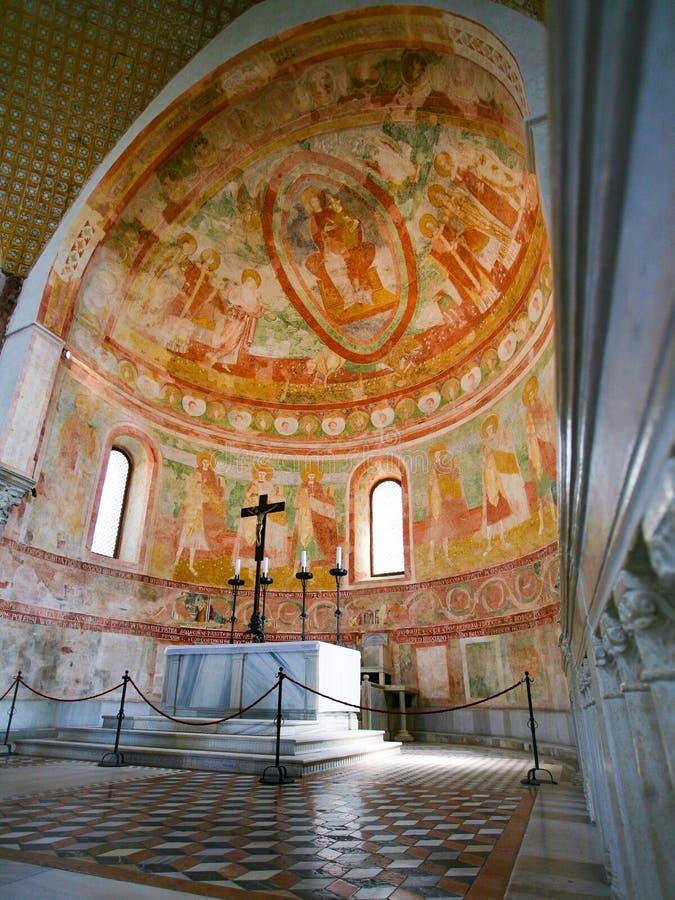 Absid och altare i basilikan av Aquileia arkivfoto