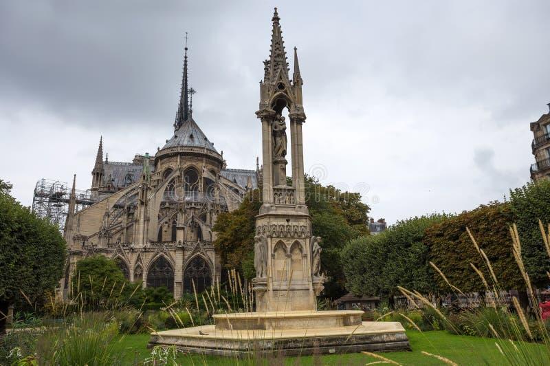 Abside do fontaine de la Vierge do Notre-Dame de Paris e do La do quadrado Jean-XXIII Paris, France fotos de stock