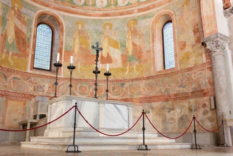 Abside et autel dans la basilique d'Aquileia photos stock