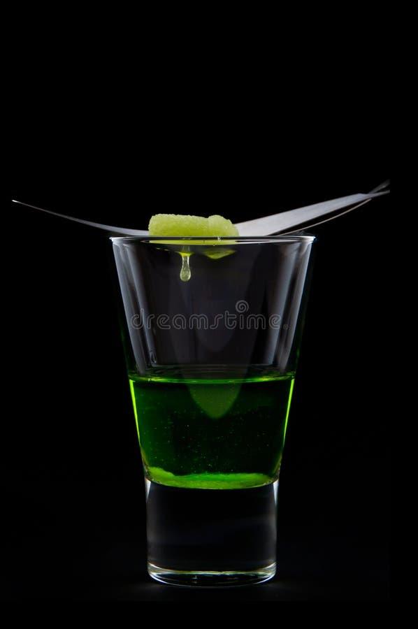 Absinthe avec du sucre de baisse images stock