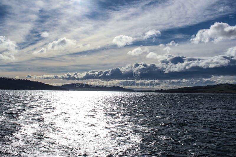 Absolut erstaunliche Wolken und Seeansicht stockfotografie
