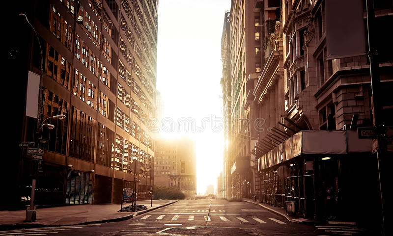Absoluut lege straat in New York vroege ochtend stock afbeeldingen
