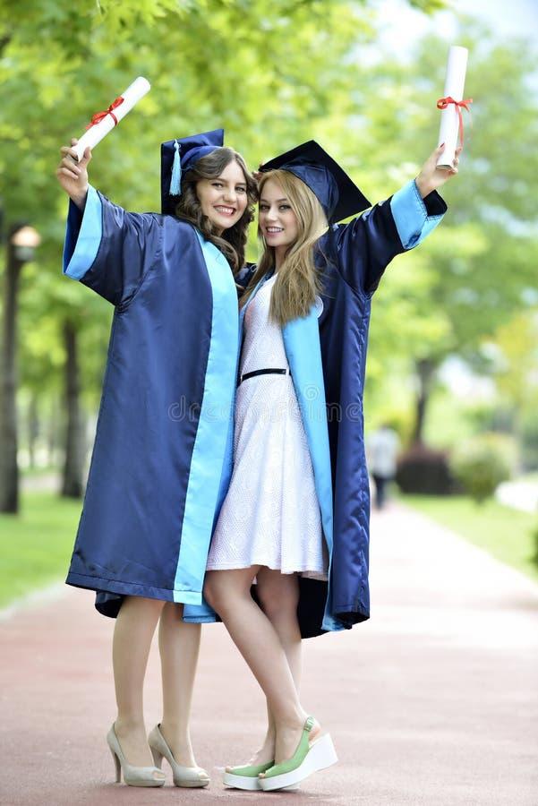 Absolvent der jungen Frau zwei lizenzfreie stockfotografie