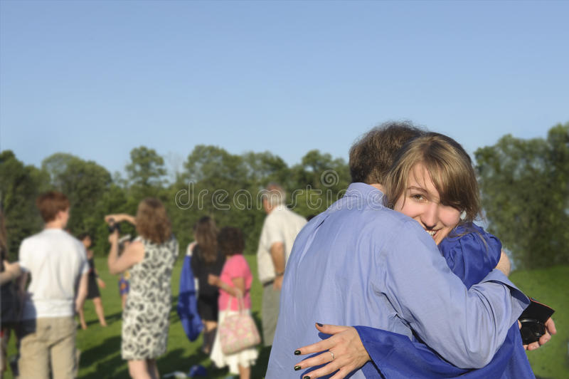 Absolvent umarmt ihren Vati nach Anfang stockbilder