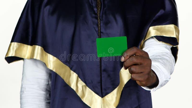 Absolwent trzyma zieloną kartę biały z bliska zbiory wideo