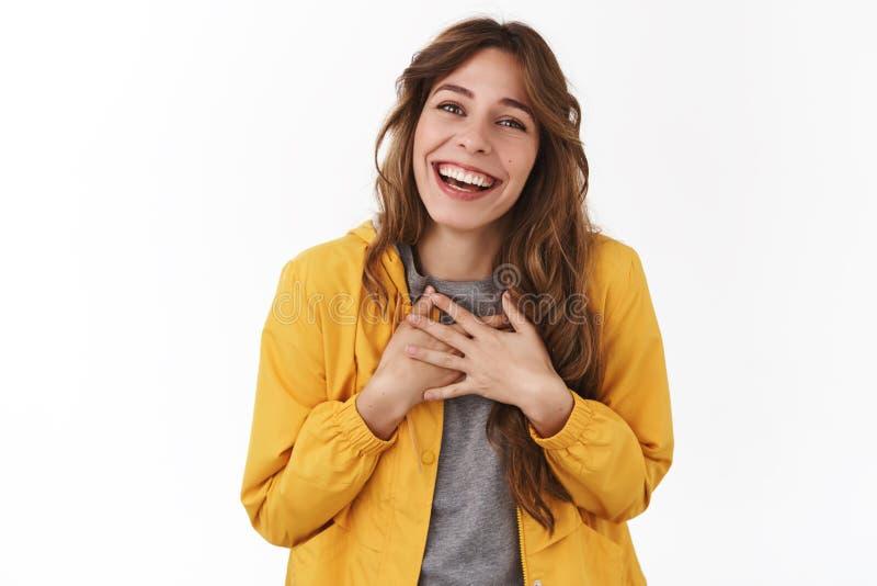 Absorba el dulce le agradecen querido Sonrisa europea joven magnífica alegre encantadora del pecho del corazón de las manos de la fotografía de archivo libre de regalías
