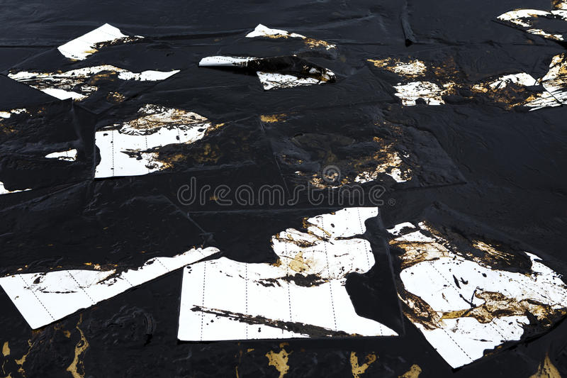 Absorberend die document voor voeringsolie wordt gebruikt van gemorste ruwe olie royalty-vrije stock fotografie
