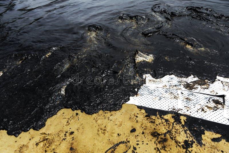 Absorberend die document voor voeringsolie wordt gebruikt van gemorste ruwe olie stock afbeelding