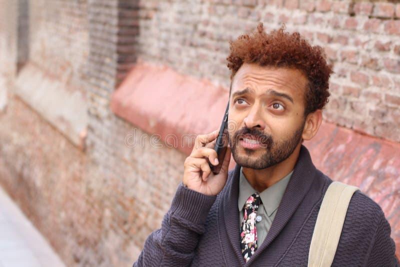 Absorbująca samiec podczas kluczowej rozmowy telefonicza fotografia stock