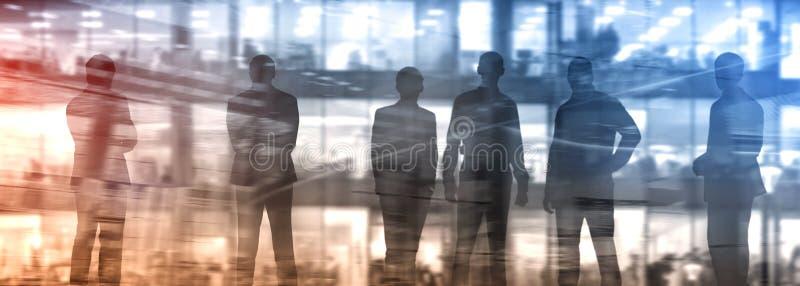 Abstakt bild av folk i lobbyen av en modern affärsmitt med en suddig bakgrund arkivbild