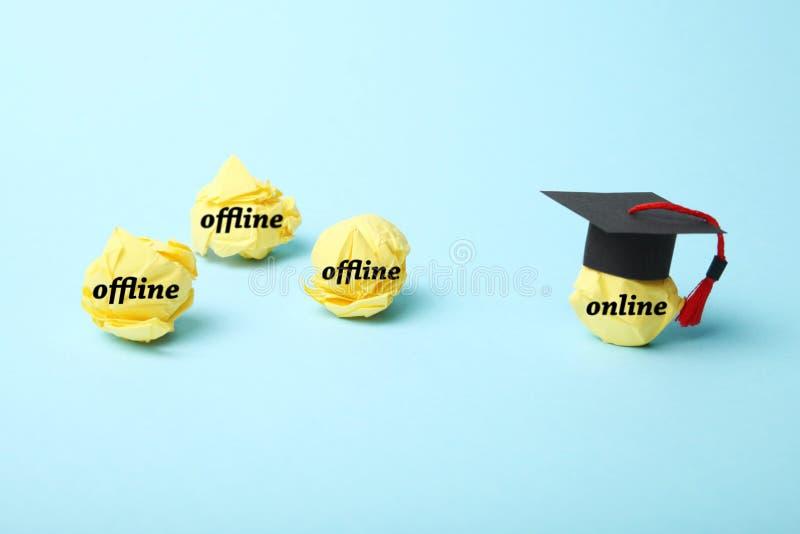 Abstand und Fernausbildung im Internet Maus und Buch E-Learning stockfotos