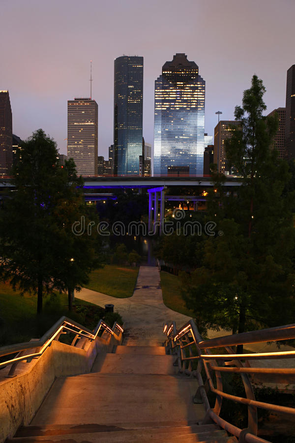 Absteigende Treppen - Pfad zu den Houston-Skylinen lizenzfreies stockbild